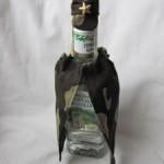 Как украсить бутылку в подарок на 23 февраля? Декор кожей и лентами