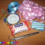 Красивый и полезный подарок на 8 марта: делаем корзиночку из мыла и лент